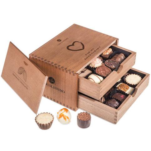 Romantyczna wersja pięknej drewnianej szkatułki Chocolaterie. Pudełko wypełnione zostało pralinkami w kształcie serc.